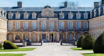 Cette image montre la cour intérieure du château de Pierre de Bresse